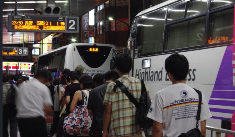 夜行バスに若者次々 「東京出られなくなる」