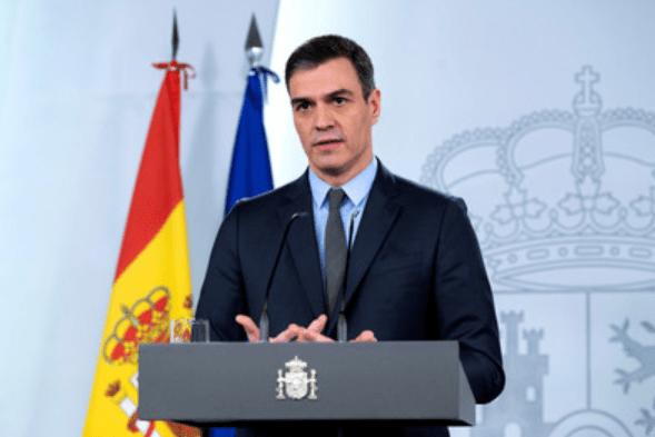 28日、マドリードで、新型コロナウイルス対策について説明するスペインのサンチェス首相=首相府提供(EPA時事)