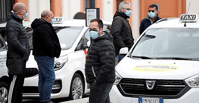 イタリア南部バーリで27日、駅の外で客待ちをするタクシー運転手たち=ロイター